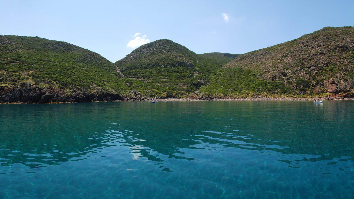 Cala-della_mortola-Capraia-Riserva-della-Biosfera_isole-di-Toscana